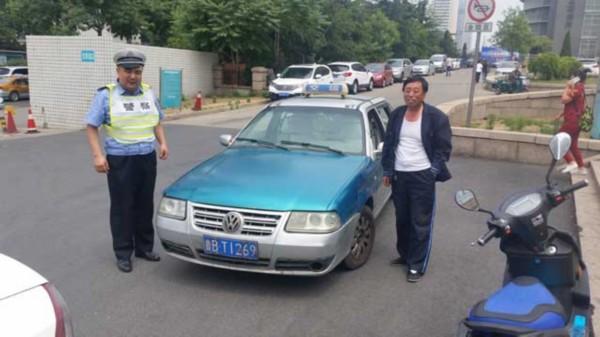 青岛出租车拉断指伤者送医 警车开道和时间赛跑